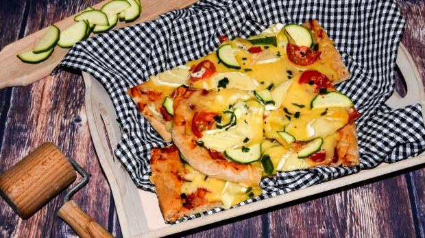 Syrová pizza s cuketou