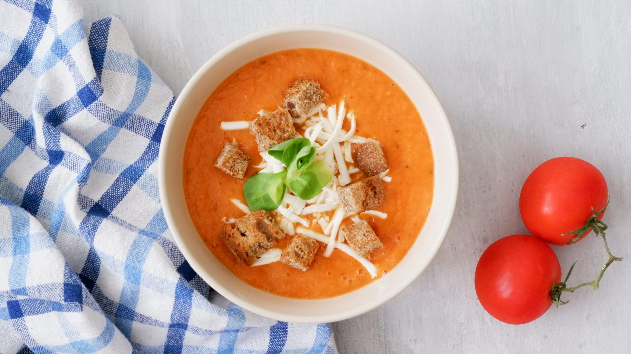 Rýchla paradajková polievka s mozarellou